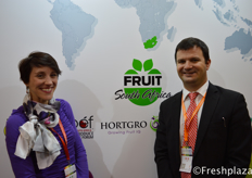 HORTGRO Elzette Schutte and Jaques du Prez from HORTGRO. They would like to export their blueberries to China, though there is no access yet. The blueberry industry in South Africa is fast developing, it is good for the economy and could benefit to decrease the unemployment. They now already export to the UK, Europe, Middle East, Hong Kong and America. //来自HORTGRO的Elzette Schutte和同事。他们想把蓝莓出口到中国,尽管还没有获得准入权。南非蓝莓产业发展迅速,这有利于经济发展,以及减少失业。他们现在已经出口到英国、欧洲、中东、香港和美国。