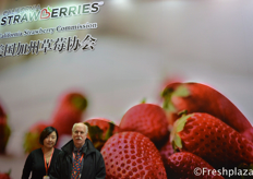 Mack Ramsay and Flora Zhang from California Strawberry Commission. They represent all strawberry growers and shippers California. In 2016 they got access to China and in 2017 the first shipment by air was successfully concluded. Other countries they export to are Japan, Mexico, Canada, Middle East and Korea. //美国加州草莓协会资深中国事务顾问Mack Ramsay和张琰。他们代表加利福尼亚所有的草莓种植者和托运人。在2016年,他们获得至中国市场的准入权,在2017年,第一批空运成功。他们出口的其他国家有日本、墨西哥、加拿大、中东和韩国。