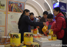 AMMU INC, promoting mango FruitPulp and Fruit purees from India by the visitors. //爱妙股份有限公司,该公司促销来自印度的果肉和果泥。