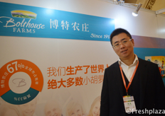 Chun Wang from Directa Co., Ltd., who sell baby carrots from Bolthouse Farms, the largest producer of baby carrots. Besides this product, they also sell fruit and vegetable juices and cheese. //北京直达农业科技有限公司的首席执行官王淳。他出售来自最大的胡萝卜生产商Bolthouse Farms的迷你胡萝卜。除了这个产品,他们还销售水果,蔬菜汁和奶酪。