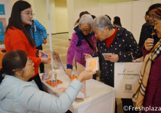 A lot of interested people for the baby carrot at the Directa Co., Ltd. Booth. //许多对迷你胡萝感兴趣的人在北京直达农业科技有限公司展位前