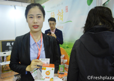 Becky from DD Agriculture, she shows the packaging with the Weys Citrus from Sichuan, Meishan. They had a good promotion strategy during this fair, everyone who scanned their wechat QR code could get a free citrus. They sell them in online stores, like Jingdong and their WeChat account. //来自鼎德华夏农业科技集团的生鲜事业部销售经理纪金良,她展示了来自眉山四川的Weys柑橘包装。在这个交易会上,他们有一个很好的促销策略,即每个人扫描他们的微信QR码可以得到免费柑橘。他们在网上商店销售,比如京东和他们的微信账户。
