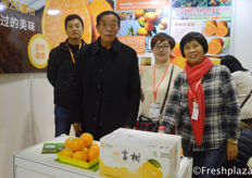 Zhou Li from Shou zhi Xianfugan with his team. They are specialized in producing and selling orange, tangerine, citrus. //寿之仙富柑的总经理周李和他的团队。他们专门生产和销售橙子、蜜橘、柑橘。