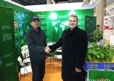 Songming Zhang from ForAvo and Johan Immelman from AvoOwner shaking hands.