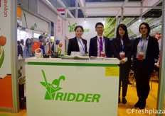 (left to right) Ke Cai, Yameng Fei, Adler Jiang and Zhoucen Feng from Ridder, they deliver technical solutions for the horticulture, intensive livestock and crop storage sectors. Their way of knowledge sharing and offering pragmatic solutions are essential in helping growers and farmers all over the world to grow in efficient controlled environment agriculture.(从左到右)来自骑士(上海)农业科技有限公司的蔡轲、费雅萌、江开鹏和冯洲涔,他们为园艺、集约化畜牧业和作物储藏部门提供技术解决方案。他们的知识共享方式以及提供务实的解决方案对于帮助世界各地的种植者和农民在有效控制的环境农业中成长是至关重要的。