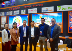 (left to right) Journey Chow and Xue Ping Qu from Beijing Ruixue Global Co., Ltd, Roger de Jagher from Mardenkro, Rui Qing Huang from Beijing Ruixue Global Co., Ltd., Michel from Verkade Climate and Xander van der Zande from DanDutch. All these companies are working together, bundling their knowledge to deliver the best greenhouse projects.(从左到右)来自北京瑞雪环球科技有限公司的周妮、屈雪萍,来自Mardenkro的Roger de Jagher,来自北京瑞雪环球科技有限公司的黄瑞清,来自Verkade Climate的米歇尔,以及来自丹荷的Xander van der Zande。所有这些公司都在共同努力,把他们的知识捆绑在一起,以便提供最好的温室项目。