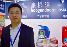 Snow Wu from Hoogendoorn Asia. Together with global partners, Hoogendoorn delivers sustainable automation solutions that seamlessly coordinate all processes and systems in horticultural organization. The modular software ensures that the available resources such as natural gas, fertilizers and water are used as efficiently as possible.来自豪根道(北京)农业技术有限公司的销售经理吴业雄。豪根道(北京)农业技术有限公司与全球合作伙伴一起提供可持续的自动化解决方案,无缝地协调园艺组织中的所有过程和系统。模块化软件确保了可用资源,如天然气、化肥和水被尽可能有效地利用。