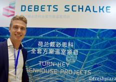 Dave Debets from Debets Schalke, greenhouse projects. Debets Schalke is a company dedicated to the sale of new and used greenhouses and installations to customers worldwide. This family business employs over 100 employees and subcontractors.来自专业运营套温室项目的Debets Schalke的Dave Debets。Debets Schalke是一家致力于向全球客户销售新旧温室和设备的公司。这家家族企业雇佣了超过100名员工和分包商。