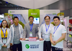 Brian Li with his team from AgriPlus and Chang Real Lee and Kangmo Lee from Grodan. They deliver greenhouse projects and after construction training support.来自江苏绿浥农业科技股份有限公司的总经理李勇与他的团队和来自Grodan的Chang Real Lee和李康模。他们提供温室项目和建设后的培训支持。