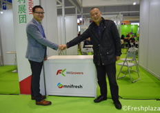 Kevin Au Yeung from RK Growers with Mr Shi shaking hands.