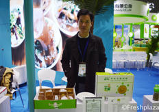 Hainan Houli Green Agricultural Products Company with their organic green sugar orange.海南厚利绿色农产品有限公司与他们的有机冰糖绿橙