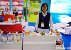Yanzi with the products from Hainan Didi WowoJia Ecological Agriculture.来自海南滴滴沃家生态农业的燕子携该公司产品参展