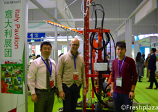 Steven Deng from Irrigateur AGM (PEK) and Mauro Masoni with team from Rinieri S.R.L. They specialise in agricultural machinery for vineyards and orchards.邓晓钟来自北京易润佳灌溉设备有限公司和Mauro Masoni和来自Rinieri S.R.L.的团队,他们专门从事葡萄园和果园的农业机械运营。