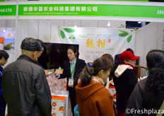 Busy times for DD China Agriculture Technology Group Inc.鼎德华夏农业科技集团展位前的繁忙景象