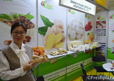 Amy Zhang from Jining Fuyuan Fruits Vegetables Co., Ltd. Specialised in exporting garlic, black garlic, ginger, carrot, chestnut, apple, sweet corn and baby mandarin.来自济宁富源果菜有限公司的张静。该公司是专业从事专业大蒜、黑蒜、生姜、胡萝卜、栗子、苹果、甜玉米和小橘子的出口。。