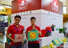 Zhang Peng and Tian Kaike from So Sweet, presenting their yellow skinned sweet passion fruit. // 来自济南听甜优品农业发展有限公司的张鹏和田开科的,他们展示他们黄皮甜甜的百香果。