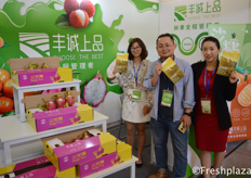"Mi Yinping and Xiao Chuan and the boss Ms. Gao of Shenzhen Wego Agricultural Product Trade Co,Ltd., they are focused on supplying import and domestic fruits to over 20 different cities in China. Their products which they sell under their own brandname Fengcheng Shangpin include, dragonfruit, cherries, Red Globe Grapes, oranges etc. // 来自深圳市五谷农产品贸易有限公司的米寅评,小川和高总。他们专注于为中国20多个城市提供进口和国内水果。他们在自己的品牌""丰诚上品""下销售的产品包括:火龙果、樱桃、红地球葡萄、橙子等。"