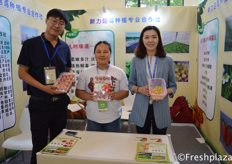 Zhang Shijie, Wang Xiaohang and Gao Wenwen from Xinli Guniao Caomei Zhongzhi Zhuanye Cooperative. They are specialised in producing and selling strawberries and physalis. // 来自新力菇茑草莓种植合作社的张世杰,王晓航和高文文。他们专门生产和销售草莓和灯笼果。
