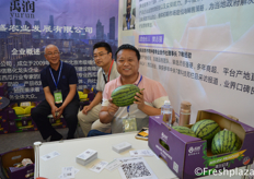 Ma Lanzhe from Hainan Runda Modern Agriculture (in the middle) and from Yurun watermelon Mr. Zhang and Mei Huaping, they are producers and sellers of watermelons. // 来自海南润达现代农业的马兰喆(中间)和来自禹润西瓜张先生和梅华平,他们是西瓜种植商。