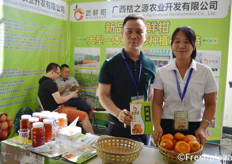 "Mr. Yi Zhonghua and Ms. Huang Xiaolan from Guangxi Orange Source Agricultural Development Co., Ltd. Presenting their oranges under the brandname Wuxiangan. // 来自广西桔之源农业开发有限公司的易忠华和黄小兰,在""武鲜柑""品牌下推广他们的橙子。"