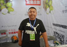 Mr. Zhang Jun from Hebei Longji Agricultural Development Co., Ltd. They have over 5000 mu of their own fruit orchards in China, where they produce and sell their fruits. // 来自河北龙集农业开发有限公司的张军。他们在中国有超过5000亩自有果园,在那里生产和销售水果。
