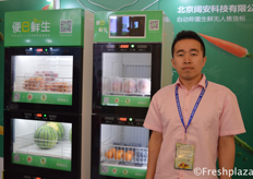 Beijing 91biane Technology Co., Ltd. presenting their smart retail cabinets to the visitors, with this machines, consumers can 24 hours a day buy their fruits and vegetables. // 北京阔安科技有限公司在向参观者展示他们的智能零售柜,通过这种零售柜,消费者可以24小时购买他们的水果和蔬菜。