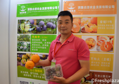 Mr. Wang Fei from Hongya Zhongyuan Agricultural Development Co., Ltd. They produce and sell different kind of fruits, like oranges, plums and kiwi fruits. // 来自洪雅众源农业发展有限公司的总经理王飞。他们生产和销售各种水果,如橙子、李子和猕猴桃。