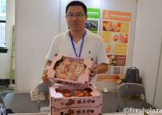 Zhou Wei from Shenzhen Fresh Mao Agriculture Development Co., Ltd. Presenting one of their products for the Chinese market: peaches. // 来自深圳市新鲜猫农业发展有限公司的总经理周巍向中国市场展示了他们的产品之一:桃子。