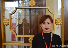 Emily Wang, sales manager of Dalian Fine Fruits Harverst International Trading Co., Ltd. They are specialised in exporting Chinese apples to South East Asia, but also to America and Australia. // 来自大连伊果创慧国际贸易有限公司的销售经理王丽华,他们是一家专业出口中国苹果到东南亚,以及美国和澳大利亚的公司。