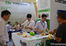 Team of Shouguang Vegetable Industry Holding Group, showing their different varieties of tomatoes and melons at the expo. // 寿光蔬菜产业控股集团的团队在博览会上展示了他们不同的番茄和甜瓜品种。