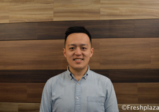 George Liu, CEO of Frutacloud. As an importer they import fruits from all over the world, distribute and market it for the Chinese market. They import from Chile, Peru, Canada, France, Egypt, South Africa, Thailand, Japan, New Zealand and Australia.来自好果云的首席执行官刘子睿。作为进口商,他们从世界各地进口水果,并为中国市场分销和销售。它们从智利、秘鲁、加拿大、法国、埃及、南非、泰国、日本、新西兰和澳大利亚进口。
