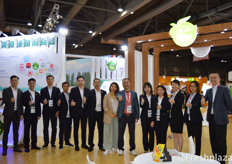 The whole team of Guangzhou Zhanhui Trade Co., Ltd. Their main focus is importing fruits from Thailand (durian, longan and mangosteen), Vietnam (dragon fruit and durian), Australia, America and Chile.广州市展卉贸易有限公司的整个团队。他们主要从泰国(榴莲、龙眼和芒果)、越南(火龙果和榴莲)、澳大利亚、美国和智利进口水果。