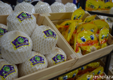 Zhanhui's own Thai coconut brand. These coconuts are ready to eat, with pre-cut holes, you can drink directly from the coconut. Its vacuum packaging keeps the coconut fresh广州市展卉贸易有限公司自己的泰国椰子品牌。这些椰子是即食的,有预先切好的洞,可以直接从椰子里喝。它的真空包装使椰子保持新鲜。