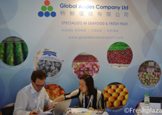 Luis Chadwick Fresard and Jessie Chan from Global Andes Company Limited. Busy working in their booth. Their company is focused on importing and wholesaling of fruit and seafood in Hong Kong and China. They import fruits from Chile, Peru, Mexico, Argentina and India.来自特鲜环球有限公司的路易斯和陈桂雯忙着在他们的展位上工作。他们的公司专注于在中国香港和中国大陆进口和批发水果和海鲜。他们从智利、秘鲁、墨西哥、阿根廷和印度进口水果。