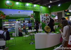 Busy times at the booth of Shenzhen Maoxiong Co., Ltd. They are a large producer of vegetables in China and export all yearround, mostly to South East Asian countries.深圳市茂雄实业有限公司展位前的忙碌景象,他们是在中国的一家大型蔬菜生产商,常年出口,主要销往东南亚国家。