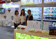 Zeng Xiaofang,colleague and Kiki Guo from Shenzhen Chengwu Gold Rock Agriculture Limited. Their company is focused on selling organic vegetables, fruits and salads in China under their own brand Nature Star.来自深圳城武金石农业开发有限公司的市场经理曾小芳和Kiki Guo。他们的公司专注于在中国在期自有品牌自然之星下,销售有机蔬菜,水果和沙拉。