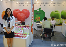Lihong Liu from Sanmenxia Hong Fong Fruits and Vegetables Co., Ltd. Their company is a large producer of apples. They export them mostly to the South East Asian and Russian market.来自三门峡市鸿丰果蔬有限公司的刘丽红,他们公司是苹果的大生产商,主要出口到东南亚和俄罗斯市场。