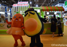 The masquotte of Mr. Avocado, Mr. Avocado and Miss Carrot. Their main focus is importing avocados and researching to plant avocados in China. Though this year they broadened their products with also selling carrots.牛油果先生的吉祥物Miss Carrot和牛油果先生。他们主要进口牛油果和研究在中国种植牛油果。尽管今年他们扩大了产品范围,还销售胡萝卜。