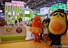 Emma from Mr. Avocado, with the masquotte of Mr. Avocado, Mr. Avocado and Miss Carrot. Their main focus is importing avocados and researching to plant avocados in China. Though this year they broadened their products with also selling carrots.来自牛油果先生的潘晓梦和牛油果先生的吉祥物Miss Carrot。他们主要进口火龙果和研究在中国种植火龙果。尽管今年他们扩大了产品范围,还销售胡萝卜。