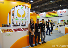 Rachel Law with her colleagues from Shenzhen Yuanxing Fruit Co., Ltd. Yuanxing has built great partnership with fruits importer and exporter from over 20 countries, and channels its products well all over China.来自深圳市源兴果品股份有限公司的国际事业部助理罗斯曼。深圳市源兴果品股份有限公司与来自20多个国家的水果进出口商建立了良好的合作关系,产品畅销中国各地。