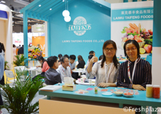 Candy and Laurie from Laiwu Taifeng Foods Co., Ltd. They export ginger, garlic, potatoes, apple and carrots all over the world. Furthermore, they also import grapes, citrus and dragon fruit from Israel, South Africa, Australia and Vietnam.来自莱芜泰丰食品有限公司的赵敏和王娟。他们出口生姜、大蒜、土豆、苹果和胡萝卜到世界各地。此外,他们还从以色列、南非、澳大利亚和越南进口葡萄、柑橘和龙果。