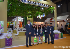 Team of Guangdong Holyfresh Fruits Co., Ltd. They are specialised in growing, packing and exporting fruits, with main focus on grapes, citrus, pears and hami melon. They export to South East Asia, Middle East and Russia. They sell under their own brand, HolyFresh and SpriFresh.广东省圣鲜果品有限公司团队,该公司专业从事水果的种植、加工和出口,主要经营葡萄、柑橘、梨和哈密瓜。它们被出口到东南亚、中东和俄罗斯。他们在自己的品牌下进行出售:HolyFresh和SpriFresh。