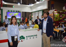 Ivy Yang and Daniel Chirinos Dongo from Riverking International Co., Ltd. They are specialised in importing fruits from import fruit from countries including USA, Chile, Africa, Peru, Australia, New Zealand, Thailand and Vietnam. Products include cherry, kiwi, grapes, orange, apple, Southeast Asia fruit and they are also the sales agent of high quality domestic fruit, such as blueberry and prune.来自悦美国际贸易有限公司的品项助理杨晓琳和Daniel Chirinos Dongo。他们专门从美国、智利、非洲、秘鲁、澳大利亚、新西兰、泰国和越南等国进口水果。产品包括樱桃、猕猴桃、葡萄、桔子、苹果、东南亚水果等,同时也是蓝莓、李子等国内优质水果的销售代理。