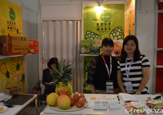 Claire Chung and Yan Wong from Pomina Enterprise Co., Ltd. They export different Taiwanese fruits, such as pineapple, wax apple, custard apples, mangoes and dragon fruit.来自农企业有限公司出口部的钟佾瑾和Yan Wong,他们出口不同的台湾水果,如菠萝、蜡苹果、奶油苹果、芒果和火龙果。