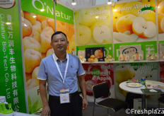 David Li from O'Nature Bio-Tech Co., Ltd. They are specialised in selling pears, apples, grapefruit and carrots. They sell on the domestic market and abroad.来自O'Nature生物科技有限公司的David Li,他们专门销售梨、苹果、葡萄柚和胡萝卜。他们在国内外市场销售。