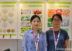 Rachel Wang colleague from Jinxiang Jinxiyuan Food Co., Ltd. They are doing fruit and vegetable import and export. They have their own production bases and processing factories in China. Their main products are garlic, onions, apple, carrot and chili.来自金乡县金禧园食品有限公司的业务经理王艳菊。他们从事水果和蔬菜的进出口业务。他们在中国有自己的生产基地和加工厂。他们的主要产品是大蒜、洋葱、苹果、胡萝卜和辣椒。