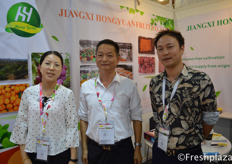 Jenny and David Wang and colleague from JiangXi Hongyuan Fruit Co., Ltd. They are one of leading and direct suppliers of various fresh fruits in China, especially the fresh citrus fruits - mandarins. They export to more than 60 different countries worldwide.来自江西省鸿远果业股份有限公司的业务员邱珍珍。该公司是中国各种新鲜水果,特别是新鲜柑橘类水果的主要直接供应商之一。他们出口到全球60多个国家。