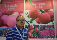 Mr. Liu Xueyue from Yantai Changhe Food Co., Ltd. They are specialised in growing and selling apples.来自烟台长和食品有限公司的经理刘学跃。他们专门种植和销售苹果。