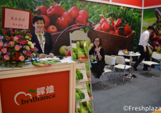 Cindy from Brilliant Century Agriculture Developing (Dalian) Co., Ltd. They sell their products in domestic and foreign markets. Main fruits are, apple, pear, nectarine, frozen strawberry, ginger and garlic.来自辉煌世纪农业开发(大连)有限公司的销售张倩。他们的产品远销海内外市场。主要水果有苹果、梨、油桃、冷冻草莓、姜和大蒜。