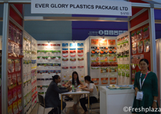 Team of Every Glory Plastics Package Ltd. in a meeting with a client. They are specialized in all kind of packaging, also fresh products.各荣耀塑料包装有限公司团队与客户见面。他们是专门经营各种包装,也包括新鲜农产品。
